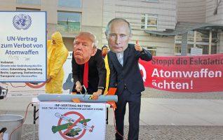 Straßentheater: Rettet den INF-Vertrag! Foto: Foto: Regine Ratke für ICAN Germany, Berlin, 10. Novembr 2018 (CC BY-NC-SA 2.0)
